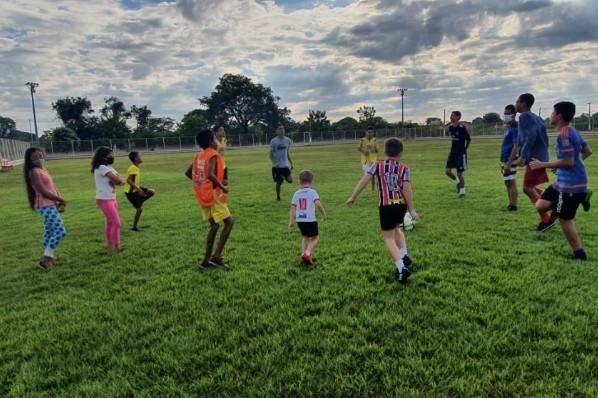 Ribamar Fiquene Secretaria de Assistência Social incentiva alunos da escolinha de futebol