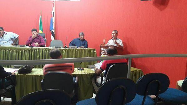 Durante sessão na Câmara prefeito Edilomar Miranda responde vereadores